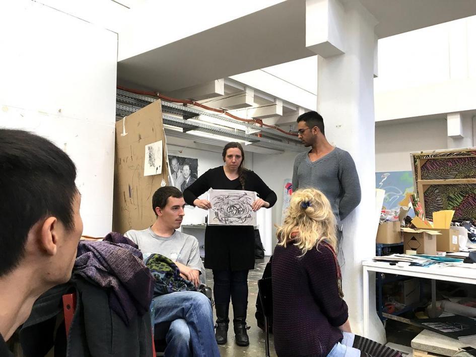 Ausstellungsvorbereitung: Alice  Gericke stellt Ihr Zeichnungsprojekt vor