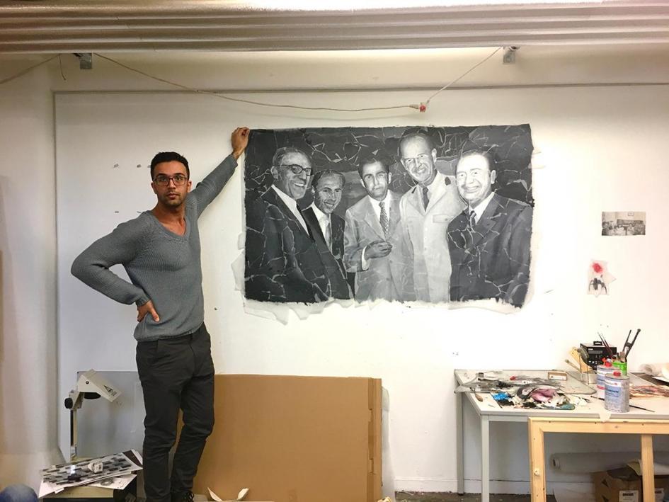 Ausstellungsvorbereitung: Candan Öztürk präsentiert eine Malerei
