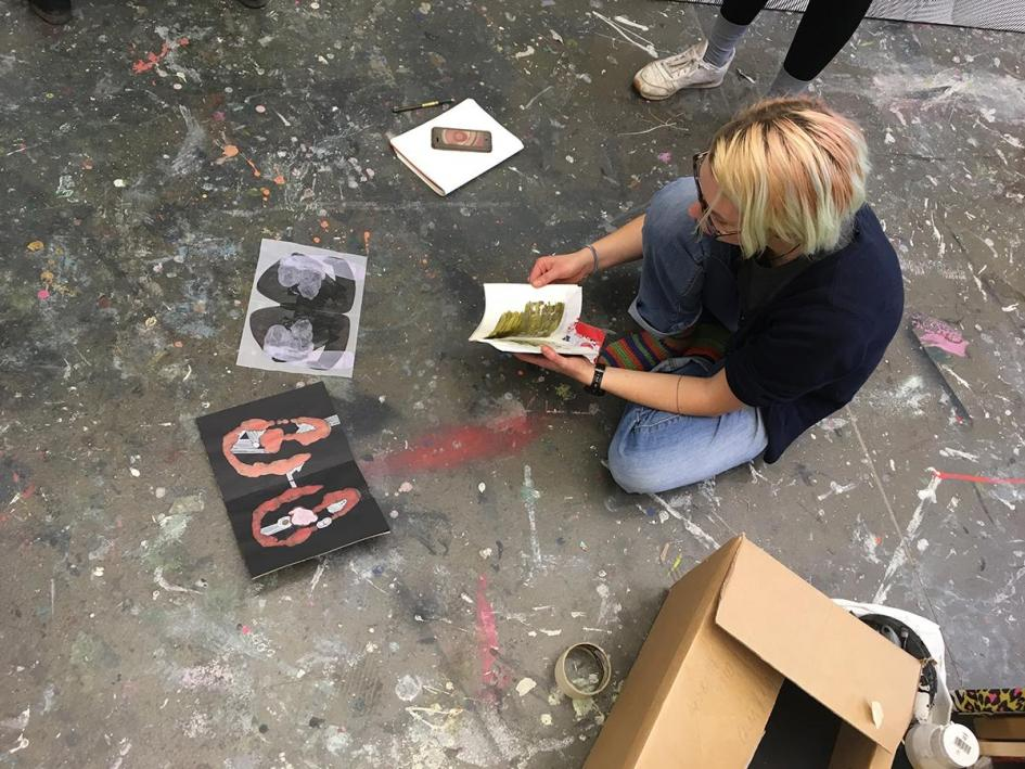 Ausstellungsvorbereitung: Tabea Pischel stellt ihre Zeichnungen vor